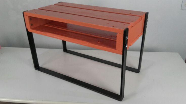 Mesinha de Centro. Base de ferro pintado em preto + Palete de madeira pintado em laranja.