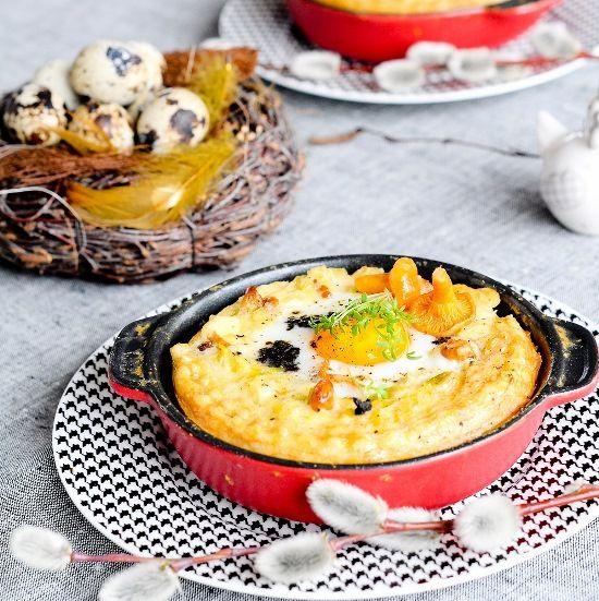 Tartaletki z ciasta francuskiego z porem, kurkami, serem cheddar i jajkiem.
