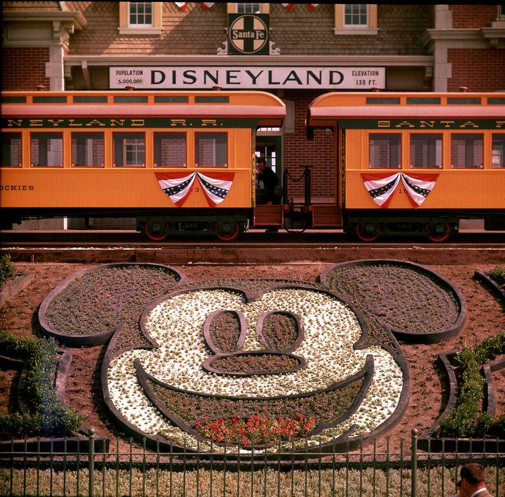 Mickey Mouse Gesicht begrüßt die Gäste, als ein Disneyland-Eisenbahn-Lokomotive Stationen vor der Main Street Station.