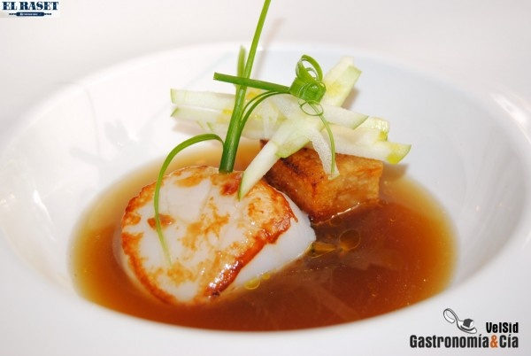 Restaurant The Raset (Denia) - Gill scallops and confit of mushrooms in apple juice. From Chef Quique Dacosta.