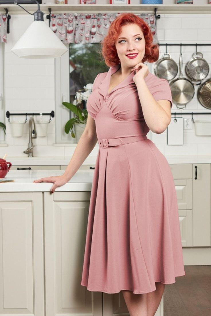 Hallo daar, op de jaren 50 ''housewives'' geïnspireerde50s Mariana Swing Dress! ''Waar ben jij mijn hele leven geweest?!'' Dat is precies de reactie die jij zal hebben wanneer je dit prachtplaatje draagt ;-) De mooi aansluitende top heeft een elegante V-halslijndie zowel geschikt is voor een volle als bescheiden boezem door de ingezette plooitjes, een speelse geschulpte kraag en korte mouwtjes... dat alles bij elkaar maakt haar een ...