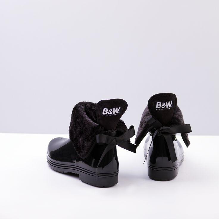Nuevo modelo de botín de agua en pelo negro.