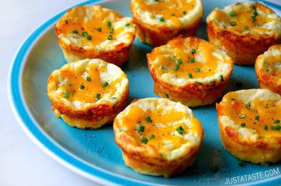 Fotopostup: Nadýchané muffiny so zvyšnej zemiakovej kaše | To  je nápad!Potrebujeme: 3 šálky zemiakovej kaše 1 vajce 1 šálku nastrúhaného tvrdého syra (napr. čedar) 3 lyžice nasekanej čerstvej pažítky Postup: Rúru nastavíme na 190 stupňov a pripravéme si plech na muffiny. Jednotlivé formičky vymastíme trochou oleja. Vo veľkej miske si zmiešame zemiaky, vajce, ¾ šálky syra a 2 lyžice nasekanej pažítky. Zmes môžeme dochutiť soľou a korením.