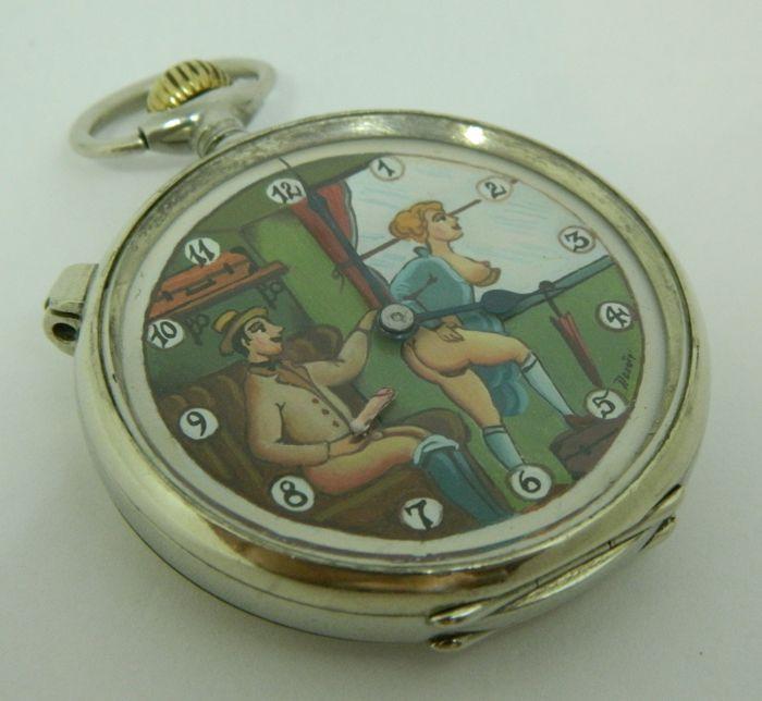 Longines speciale erotische automaat pocket watch - 'in de cabine trein' - ca 1915  -Materiaal kast: metaal-Gewicht: 99 g-Diameter (zaak): 52 mm-Diameter (met kroon): 64 mm-Dikte: 15 mm15 juwelenSpeciale lock mogelijkheid op het gevalDe tijd instellen: Open het glas en trek de arm naast het nummer 1.Het is geschilderd met de hand in een zeer mooie oude ouderwetse manier. De kleuren zijn nog geheel intact. De tweede hand is de penis van de man. Dit gaat op en neer wanneer het horloge wordt…