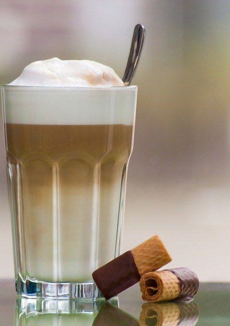 Morgens einen Latte Macchiato (3,50 Euro). Nachmittags noch eine Flasche Wasser (1,50 Euro), ein belegtes Brötchen (2,00 Euro) und noch einen Kaffee (1,50 Euro) und einen Muffin (1,50 Euro). Macht …