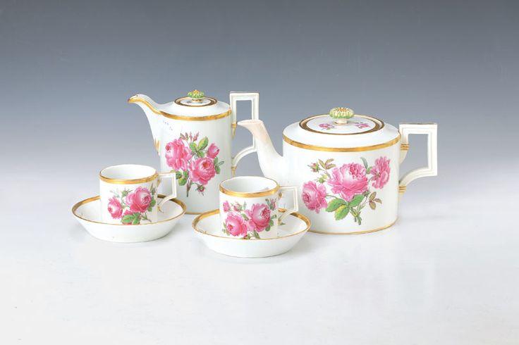 Kaffeekanne, Teekanne, zwei Tassen mit Untertassen, Meissen, um 1860, rote Rose, klassizistische Form, Teekanne am Ausguß rest., eine Tasse am Henkel l. best., l. Altersspuren  248,- €