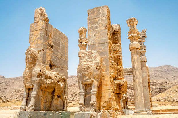 Porte des Nations (ou Porte de Xerxès), à PersépolisÀ Persépolis, la Porte des Nations (ou Porte de Xerxès), a été construite par Xerxès Ier, fils de Darius le Grand, aux environs de 475 avant notre ère. L'entrée ouest est ici