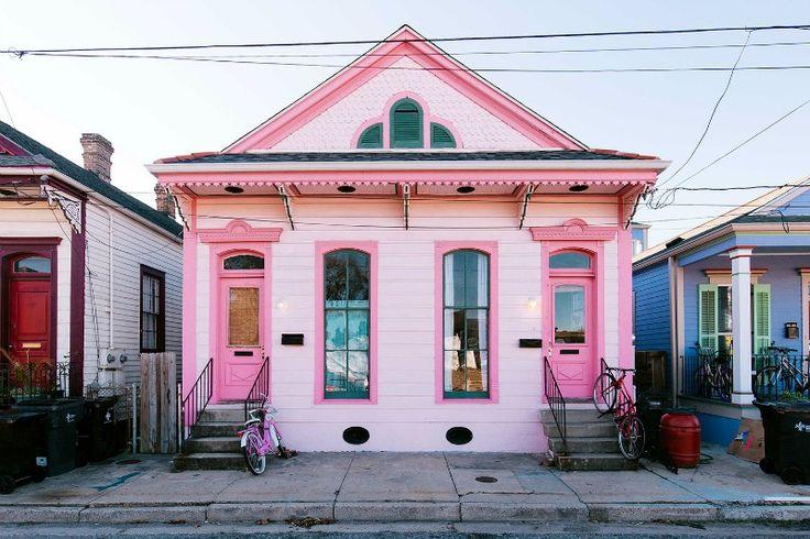 Casas de estilo ecléctico, casa pintada de rosa, textiles de inspiración étnica.