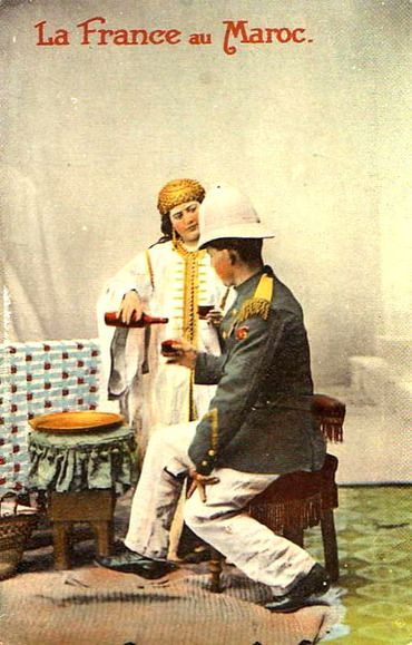 The photographic studios, both private and dependent on the army, gave themselves to heart joy in the register of the exoticism of shoddy: these cards were supposed to enhance the archetypes of the eastern eldorado, Commitment to colonial troops.