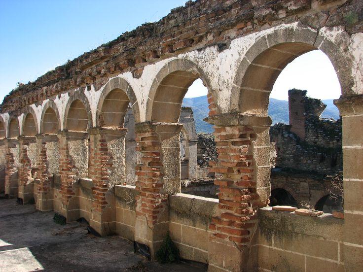 Ruinas del claustro renacentista del Convento de la Bien Parada de Abadía, situado camino de la cercana población de Granja de Granadilla.