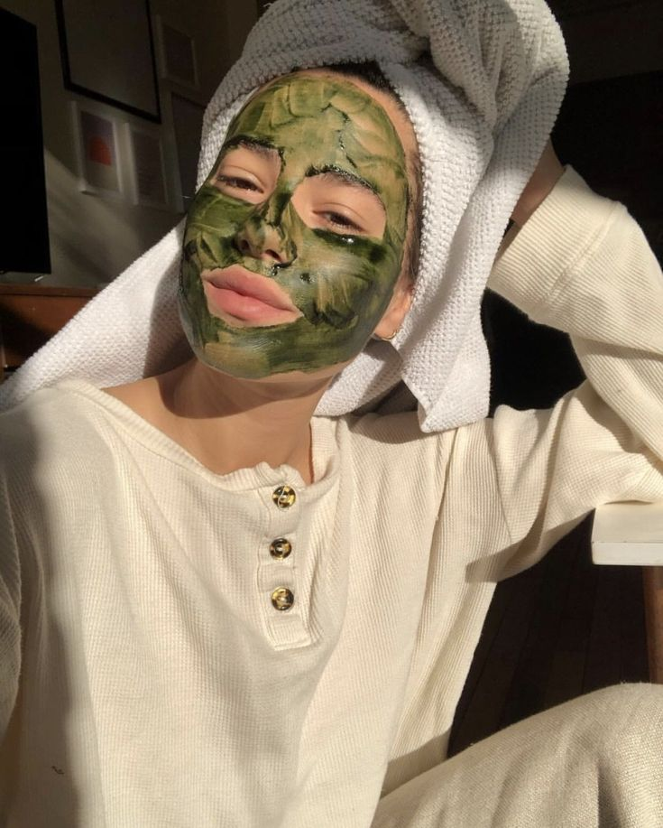 This nourishing face mask is made with 100% pure, edible superfoods. Featuring chlorella, spirulina, and mango juice, it's basically a green smoothie for your skin. Packed with natural chlorophyll, the powder-to-gel formula gently detoxifies while delivering key nutrients to promote clear, glowing skin. Best Face Products, Pure Products, Exfoliate Face, Formulas, Green Cleaning, En Stock, Aesthetic Girl, Aesthetic Black, Happiness