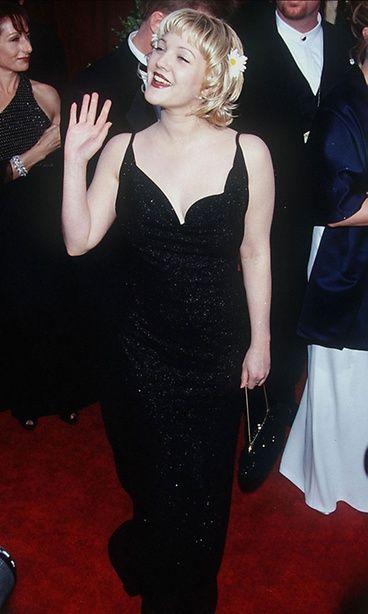 Drew Barrymoren tavaramerkiksi nousi päivänkakkarat hiuksissa sekä vartaloglitteri. Ihanan ysärimäistä. Copyright: Copyright Rex Features Ltd 2012/All Over Press. Kuva: Dave Lewis/REX/All Over Press.