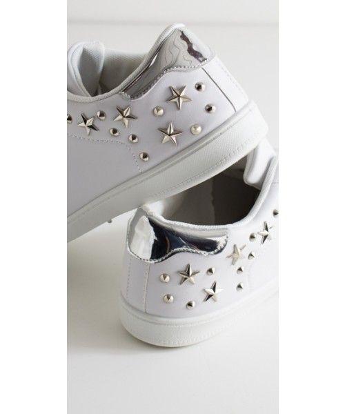 Scarpe da ginnastica a tinta unita e con applicazioni di stelle posizionate nella parte posteriore della scarpa. Disponibili su https://www.melissaagnoletti.it/abbigliamento-donna/scarpe/sneakers-in-ecopelle-e-applicazioni-3994.html