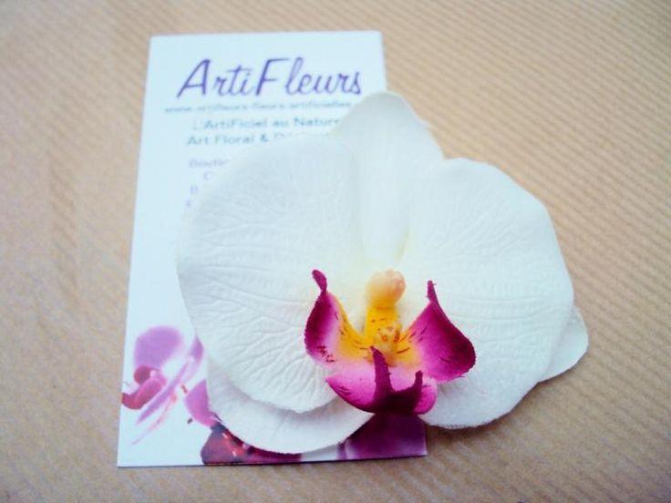 BROCHE ou BARRETTE FLEURON ORCHIDÉE blanche cœur cerise En savoir plus sur http://www.artifleurs-fleurs-artificielles.com/pages/toutes-les-promotions.html#dkdtY1DOSFgIfsFW.99