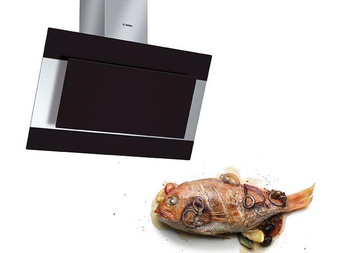Cam ön yüzeyli ve eğimli tasarımı ile RedDot Tasarım Ödülü'ne layık görülen Bosch DWK09M760 duvar tipi davlumbaz, siyah rengin asaletiyle birlikte mutfaklara eşsiz bir zarafet de katıyor. Estetik tasarımının yanı sıra yüksek emiş gücü, bulaşık makinesinde yıkanabilen çelik yağ filtresi, metal ve karbon filtre için doluluk göstergesi gibi özellikleri ile kullanım kolaylığı ve zaman tasarrufu sağlıyor.