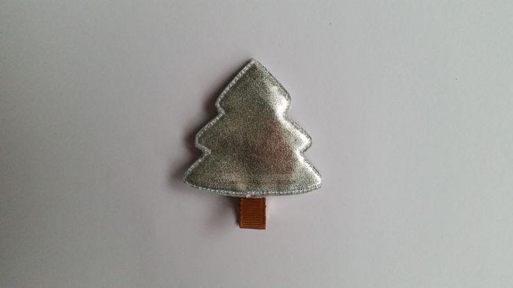 Spinka srebrna choinka wykonana z połyskującej tkaniny. Wym. 5cmx5,5cm, klips: krokodyl 4,5cm.