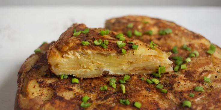 Простой и сытный картофельный омлет — классика испанской кухни, которую можно модифицировать любыми добавками по вкусу. Этот традиционный рецепт станет отличной базой для экспериментов.