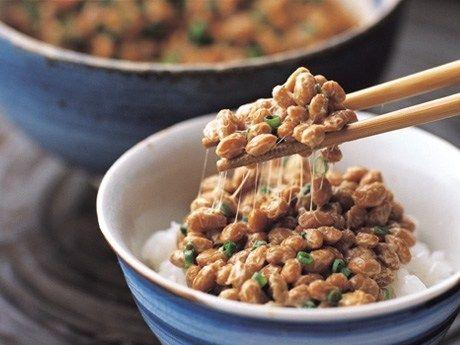 納豆が健康によい食材であることは、周知の事実です。旅先で朝食に出ることが多い納豆ですが、実はその効果は、食べる時間によって変わります。そこで、美容と健康に良い効果を引き出す、夜納豆の秘密について、ご紹介したいと思います。 スポンサードリンク 1.知っておきたい!納豆の4つの効果  ではまず、納豆にどんな効果があるのかをまとめておきましょう。  ①血栓溶解作用が高い!  血の塊のことを血栓というのですが、血液の粘性がアップすると血栓ができやすくなります。血栓が原因で、脳梗塞が起こることも多いです。  納豆に含まれているナットウキナーゼには、血液をサラサラにしてくれる効果があります。薬にすると月額2万円分の効果を、納豆を食べることで得られるのです。  ②美肌効果も高い!  納豆には、さまざまなビタミン類が含まれており、中でも美肌づくりに重要な役割を果たすビタミンBが豊富です。このビタミンBが肌の代謝を助けるとともに、ビタミンKは骨粗しょう症の予防に力を発揮してくれます。  亜鉛は肌細胞を活性化、イソフラボンは女性ホルモンを安定させ、コンドロイチンが肌のきめを整え、サポニンが...