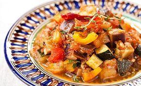 Leckere basische Gemüse-Ratatouille! Tomaten sowie die Kräuter hinzufügen, alles gut vermengen und einige Minuten köcheln lassen. Noch mit Salz und Pfeffer abschmecken und fertig ist die leckere basische Ratatouille!