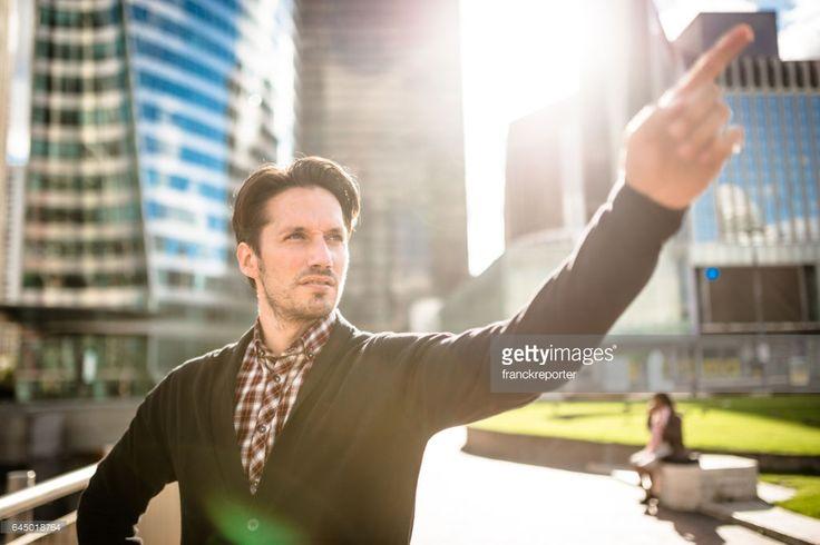 Photo : homme d'affaires occasionnel dans paris debout sur le rétro-éclairage
