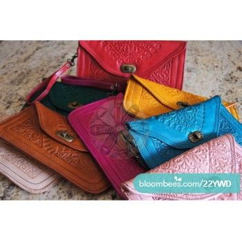 Nuestros bolsos de cuero son una revolución. Disponibles en dos tamaños diferentes. Están hechos de piel y forrados en el interior. Diferentes colores y frescos y con un diseño único. Lo más bonito es su precio! #igers #photooftheday #instalike #follow #instadaily #instagood #summer #maroc #moroccan #morocco #beautiful #handworked #handmade #artesania #cuero #regalos #calzado #zapatos #leather #artesanal #marruecos #complementos #likeforlike #sinfiltro #like4like #nature #bolsos #style #moda…