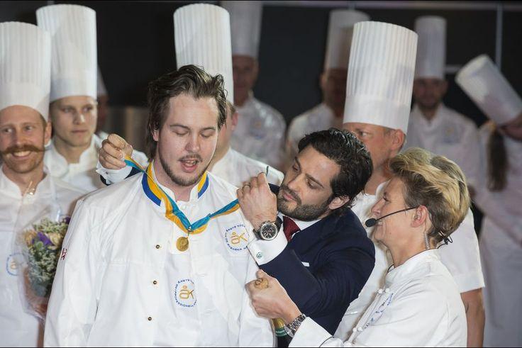 La plus gastronomique    Plutôt agréable le rendez-vous qu'a honoré le prince Carl Philip de Suède ce jeudi 11 février, sans son épouse la princesse Sofia, née Hellqvist, enceinte de leur premier enfant. Le fils du roi Carl XVI Gustaf et de la reine Silvia participait au jury du concours gastronomique suédois du Chef de l'année.