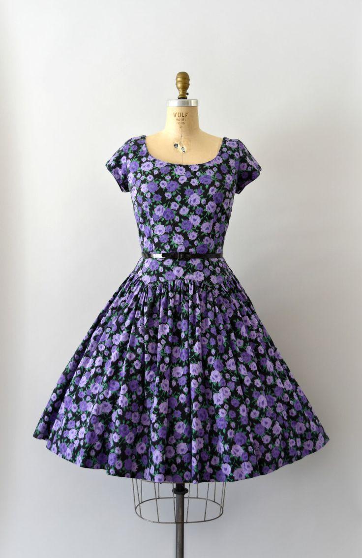Prachtige vintage jaren 1950 Jerry Gilden jurk, donker paars bloemen op zwarte katoenen lichaam, scoop nek, korte afgetopte mouwen, uitgerust gedaald taille, zeer volledige rok, verborgen zijkant metalen rits.  ---M E EEN S U R E M E N T S---  Pasvorm/maat: M  Bust: 38 Taille: 29-30-inch Heupen: gratis Lengte: 41.5  Maker/merk: Jerry Gilden Voorwaarde: in de buurt van uitstekend, met een zeer kleine spot van slijtage onder de rechterarm, en ontbrekende oorspronkelijke riem.  - - - ...