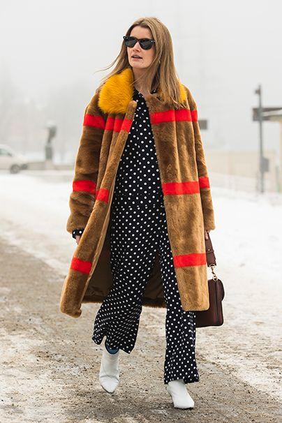 Fashion Peak. Noch eine Style-Stufe weiter ist diese Dame im rot gestreiften Teddymantel von Stand, dazu Mustermix mit Pünktchen-Pyjama.