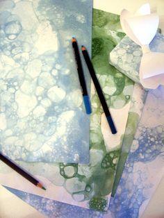 Bubble Printing ist genau das wonach es sich anhört, man druckt mit eingefärbten Seifenblasen. Mit dieser Technick kann man schöne Schmuckpapiere herstellen ähnlich wie beim Marmorieren, die sich als Briefpapier, Verpackungsmaterial etc. weiterverabeiten lassen. Außerdem ist es eine tolle Bastelaktivität...