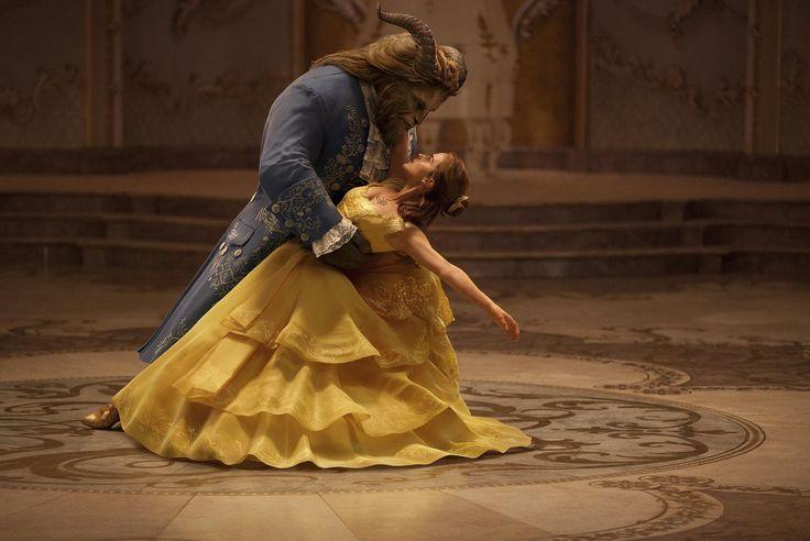 """O clássico de animação da Disney """"A Bela e a Fera"""", estreia nos cinemas dia 16 de março. A história de Bela, uma jovem linda, que é aprisionada pela Fera em seu castelo e, apesar de seus medos, aprende a enxergar além do exterior horrendo da Fera e percebe o coração gentil do verdadeiro Príncipe que existe em seu interior. No elenco do filme estão: #EmmaWatson como Bela; #DanStevens como a Fera. Saiba mais e veja trailer legendado na www.flashesefatos.com.br"""