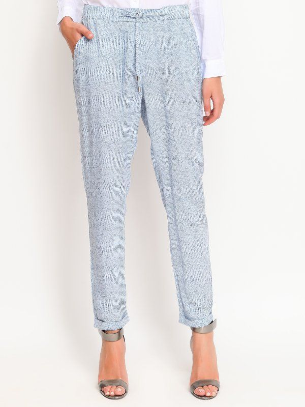 W2017 Spodnie damskie niebieskie  - spodnie długie - TOP SECRET. SSP2055 Świetna jakość, rewelacyjna cena, modny krój. Idealnie podkreśli atuty Twojej figury. Obejrzyj też inne spodnie tej marki.