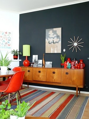 fint med färg: Wall Colors, Living Rooms, Mid Century, Fat Cat, Rooms Updates, Colors Schemes, Midcentury, Dark Wall, Accent Wall