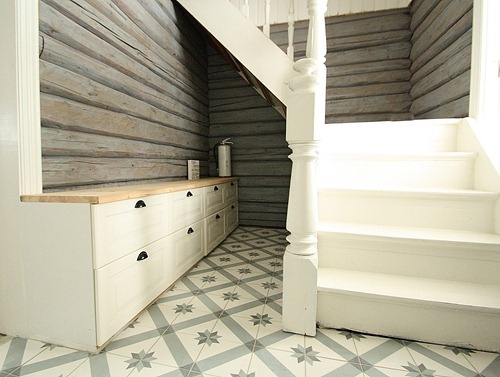 Entryhall after  Nyoppusset trappegang. Historiske fliser (historiske.no), beisede tømmervegger og trapp fra 1800-tallet.    Stairs from 1800. Timberwalls    Klikk på bildet for å se/lese mer og se før bilder.