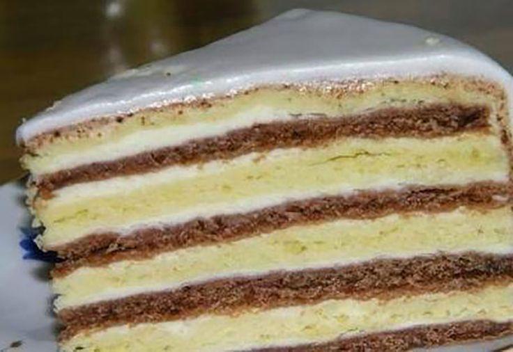 """Tortul """"Ursul polar"""" este un desert foarte simplu, cu o textură moale și un gust foarte fin și delicat. Tortul este format din 2 tipuri de blaturi, acoperite cu cremă gingașă de smântână, este atât de gustos și moale, încât se topește în gură. Acest desert va fi pe placul celor dragi și va oferi …"""