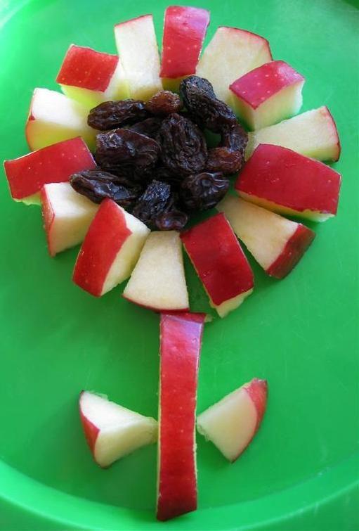 Een appelbloem met rozijntjes. Gerepind door www.gezinspiratie.nl #fruit #funnyfruit #kinderen #eten #smullen