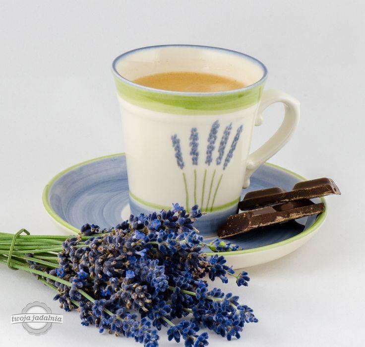 """Filiżanka z pyszną kawą w otoczeniu czekolady i lawendy. Zeller Keramik - """"Fleur de Provence""""."""
