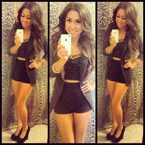 Love de lerenlook broek met bruine blazer en zwarte top en schoenen