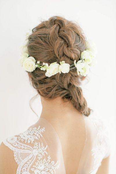 ラフに組んだ花冠はどこかカジュアルな雰囲気を感じさせて/Back|ヘアメイクカタログ|ザ・ウエディング