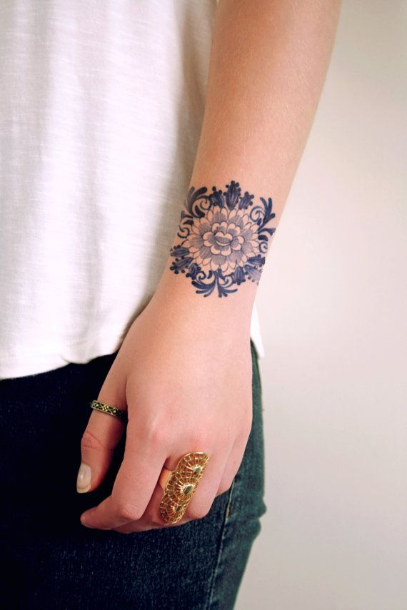 Ce tatouage temporaire assez floral est fait dans le style hollandais célèbre Delft Blauw. Portez-le sur votre poignet ou sur votre bras. Il na aucune