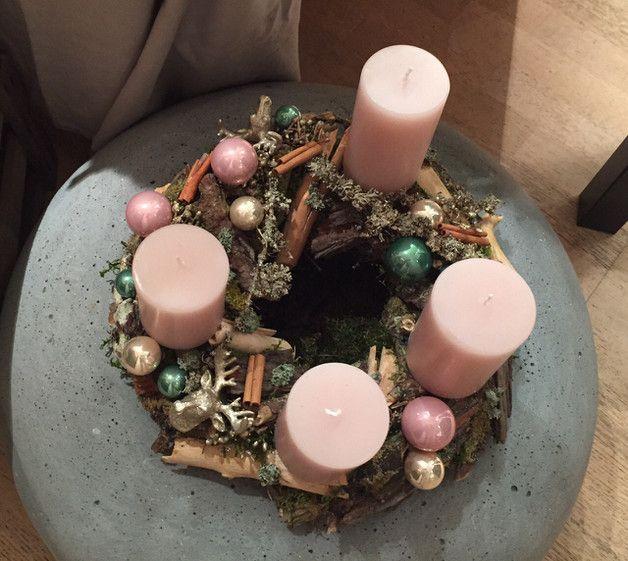 Dieser tolle Kranz aus Hölzern, Moos u.v.m.  gewinnt durch die Farbkombi mit klassischen rosa Kerzen und vielen Pastelltönen. Sehr hochwertige Kerzen der Firma Weizenkorn. Ein ganz besonderes...