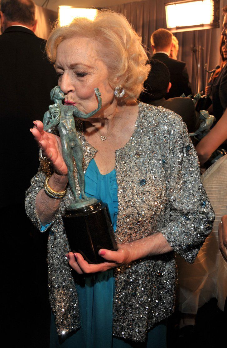 Pin for Later: Memorable SAG Awards Snaps to Get You Excited For the Show  Betty White gave her statue a smooch in 2011.