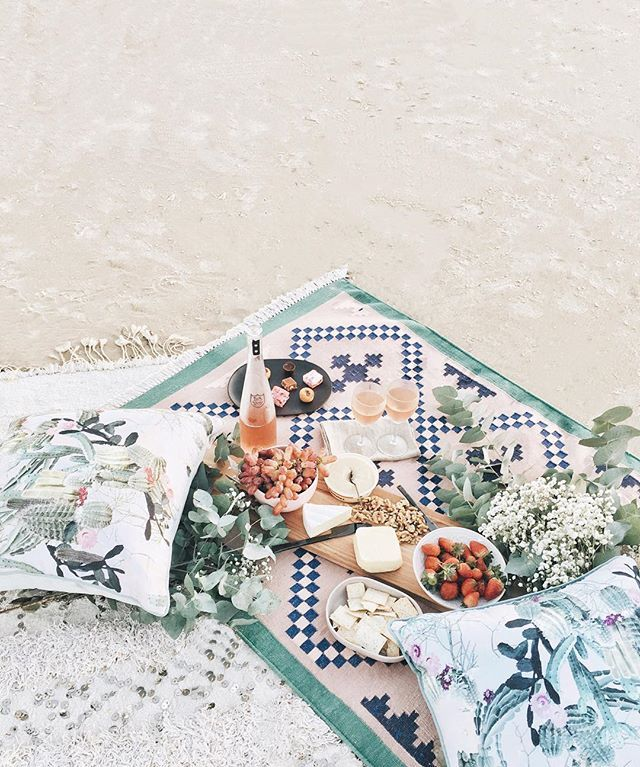 Beachy picnic.