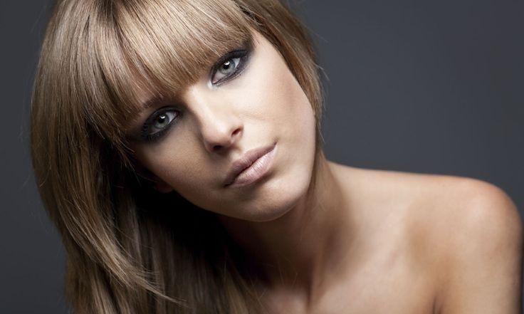 В последнее время в сфере окрашивания волос популярным стали различные виды мелирования: калифорнийское, брондирование, омбре. Они позволяют добиться желаемых изменений во внешности без кардинальной смены цвета волос.Что такое венецианское мелирование? Венецианское мелирование представляет собой стиль окрашивания волос, при котором к их естественному цвету добавляются более светлые оттенки. В результате такой техники окрашивания получается эффект натурального, […]