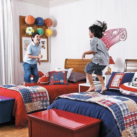 Jogar bola é uma das coisas que João Paulo, 8 anos, e Frederico, 5, mais gostam de fazer. Por isso, os modelos de diversos esportes ficam em ordem no quadro de avisos (Casapronta), ao lado da janela. Este é um item essencial no quarto projetado pelas arquitetas Gabriela Prado, Eliane Zogbi e Veridiana Tobar. Os tons intensos de azul e vermelho estão em itens que podem ser substituídos, como o enxoval (Pottery Barn, trazido de viagem) e os baús. Na parede, papel da Wallpaper e carro da Hits.