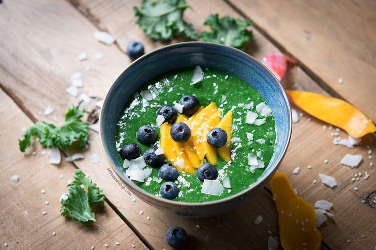 Smoothie bowl de kale, mango y espirulina