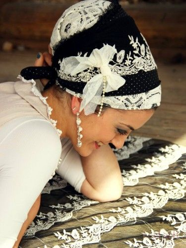 So elegant Black & White Classic Floral Sinar Tichel
