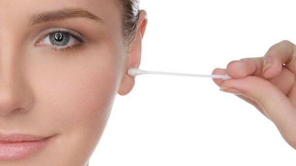 Ohrenputzen: Wattestäbchen haben im Ohr nichts zu suchen. (Quelle: Thinkstock by Getty-Images)