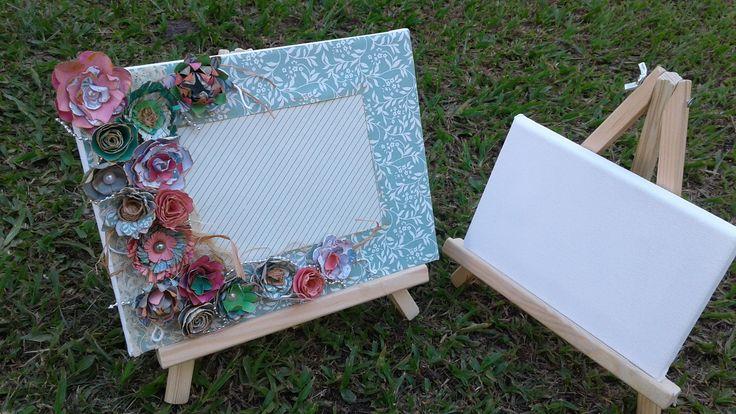 porta retrato / scrap decor numa tela de pintura e com flores de papel