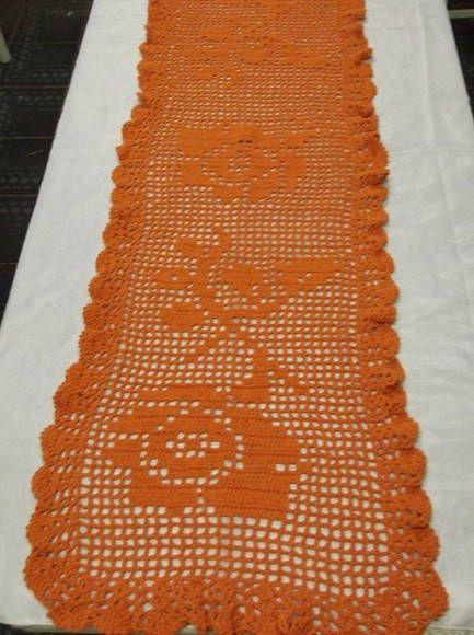Caminho de mesa tecido com barbante em crochê filé. Um retorno triunfal desta peça em decoração de ambientes! Cor: laranja PEÇA PARA PRONTA ENTREGA, na cor da imagem, demais cores sob encomenda. Tempo para produzir sob encomenda: 20 dias R$ 95,00