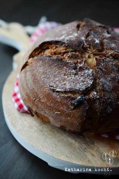 ☆ Zwiebel-Bier-Brot aus dem Topf - Tolle Kruste. Nicht an der Salzmenge kürzen, sonst wird's zu mild. Ich versteh nicht, warum man mehr Bier-Sauerteig ansetzt, als man braucht.